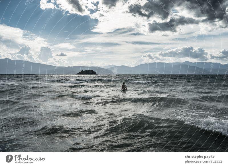unruhige zeiten Mensch Ferien & Urlaub & Reisen Sommer Meer Strand dunkel Umwelt Küste feminin Schwimmen & Baden Wellen Tourismus Wind stehen bedrohlich