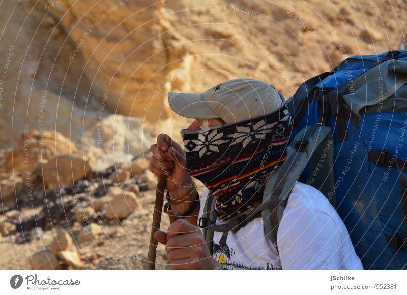 walking in the desert Mensch Ferien & Urlaub & Reisen Jugendliche Sommer ruhig Junger Mann 18-30 Jahre Ferne Erwachsene Berge u. Gebirge Leben Freiheit maskulin