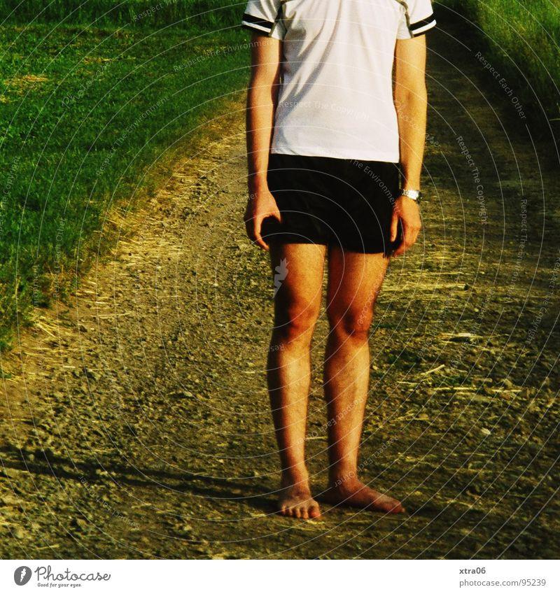 barfuß Mann Männerbein Gras grün T-Shirt Shorts Einsamkeit Barfuß wandern gehen stehen Mensch Beine Wege & Pfade Rasen Abend Müdigkeit Arme Schatten