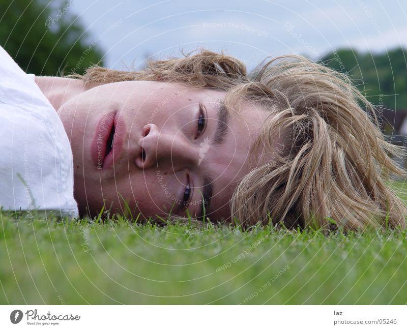 Schau mich an Mann blond Porträt Sehnsucht Zukunft Gedanke Philosophie Denken Lippen Wimpern Augenbraue weiß Schatten Querformat Erholung Pause Gras Jugendliche