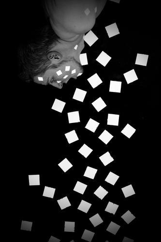 befall Rechteck Quadrat weiß schwarz hängen Mann spucken Wand Mauer grau scheckig Stil Wut Ärger Fleck Punkt Würfel Schwarzweißfoto bw oben Gesicht schreien