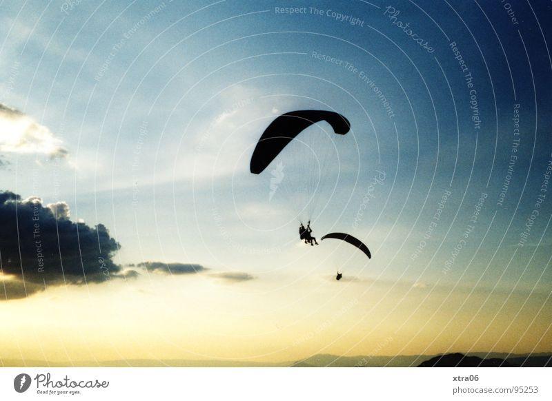 Annecy 5 - Freiheit Mensch Himmel blau Wolken oben Zusammensein Fallschirm fliegen frei hoch Luftverkehr Frankreich Gleitschirmfliegen Flugsportarten