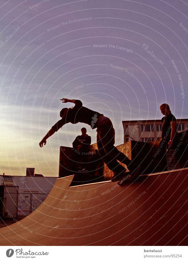 nightskate Skateboarding Halfpipe Rampe Aktion Dämmerung Lifestyle rot ruhig Erholung Sport Spielen Jugendliche Funsport miniramp curb grind sonnenutergang