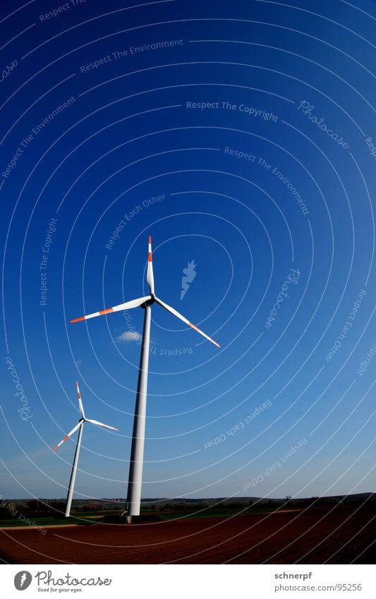 Windenergieanlage Himmel blau weiß schön rot Farbe Einsamkeit ruhig Ferne kalt Luft 2 Horizont Deutschland Wetter Kraft