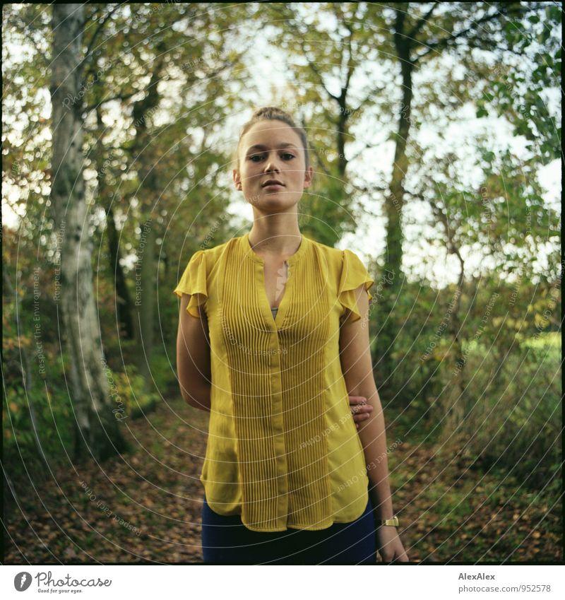 Laura! Jugendliche schön Baum Junge Frau Blatt 18-30 Jahre gelb Erwachsene feminin natürlich Stil Glück Feld Idylle frei Ausflug