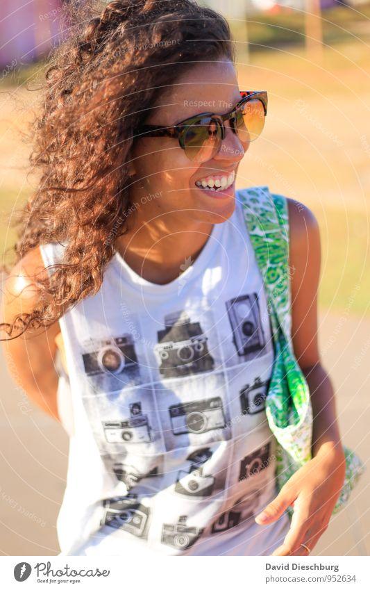Feliz Ana feminin Junge Frau Jugendliche Leben Körper Kopf Haare & Frisuren Gesicht Nase Mund 1 Mensch 18-30 Jahre Erwachsene Mode T-Shirt Accessoire