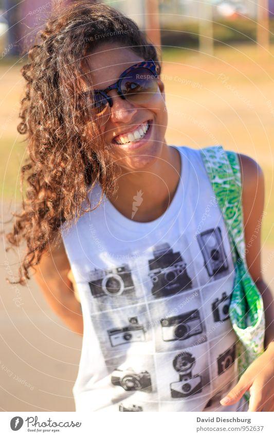 Sonnenschein feminin Junge Frau Jugendliche 1 Mensch 18-30 Jahre Erwachsene T-Shirt Sonnenbrille brünett langhaarig Locken authentisch schön dünn braun gelb
