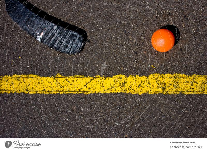 Kurz vorm Abseits! schwarz gelb Sport Linie orange Ball Asphalt Spielzeug Inline Skating einzeln Bildausschnitt Hockeyschläger Bodenmarkierung