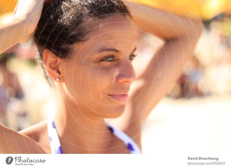 Träumen Ferien & Urlaub & Reisen Sommerurlaub Sonnenbad feminin Kopf Haare & Frisuren Gesicht Auge Ohr Nase Mund Lippen 1 Mensch brünett Locken dünn blau braun