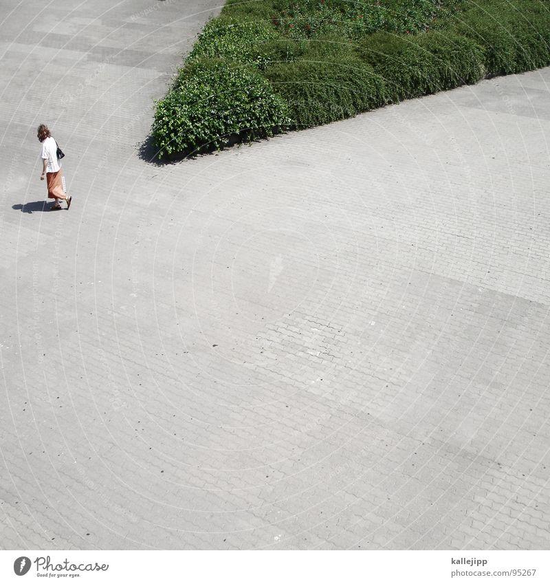 weg ins grüne Frau Mensch gehen Fußgänger Alexanderplatz Fußgängerzone Zone Strukturen & Formen Richtung Beton grau Sommer Mittag Hemd Laufsteg Grünfläche Park