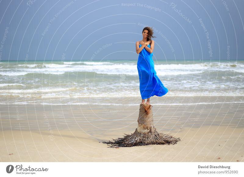 Ruhen Ferien & Urlaub & Reisen feminin Junge Frau Jugendliche 1 Mensch 18-30 Jahre Erwachsene Landschaft Wasser Horizont Sommer Schönes Wetter Wind Baum Wellen