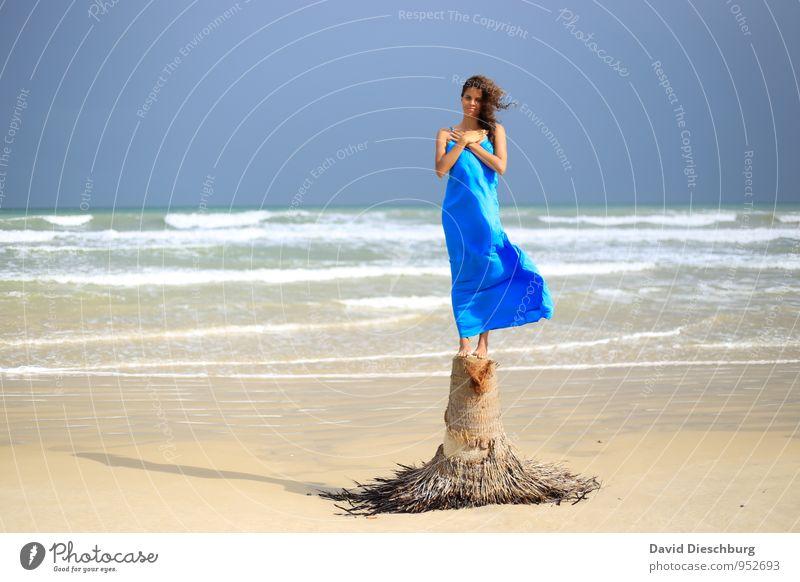 Ruhe im Wind Mensch Himmel Natur Jugendliche blau weiß Wasser Sommer Junge Frau Erholung Meer ruhig Strand gelb Küste feminin