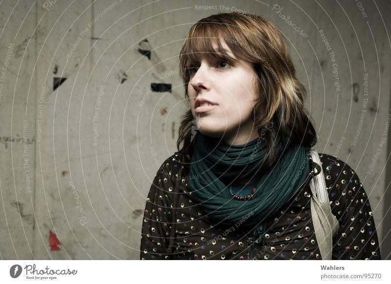 Portrait im Untergrund Frau Mensch Jugendliche schön Gesicht Auge dunkel Haare & Frisuren Stil Regen Wetter Mund dreckig Beton Nase Bild