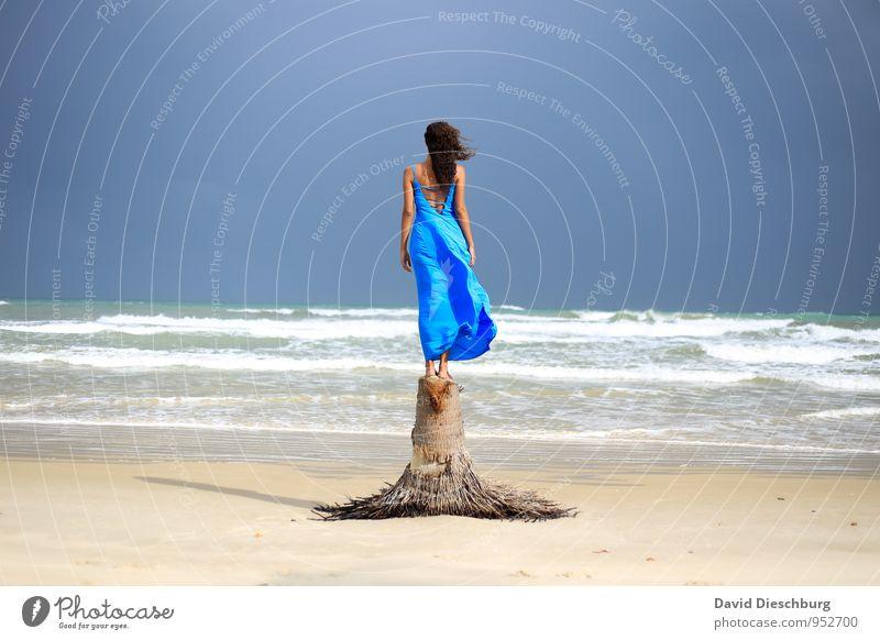 Genießen Ferien & Urlaub & Reisen feminin Junge Frau Jugendliche 1 Mensch 18-30 Jahre Erwachsene Landschaft Himmel Horizont Sommer Schönes Wetter Wind Baum