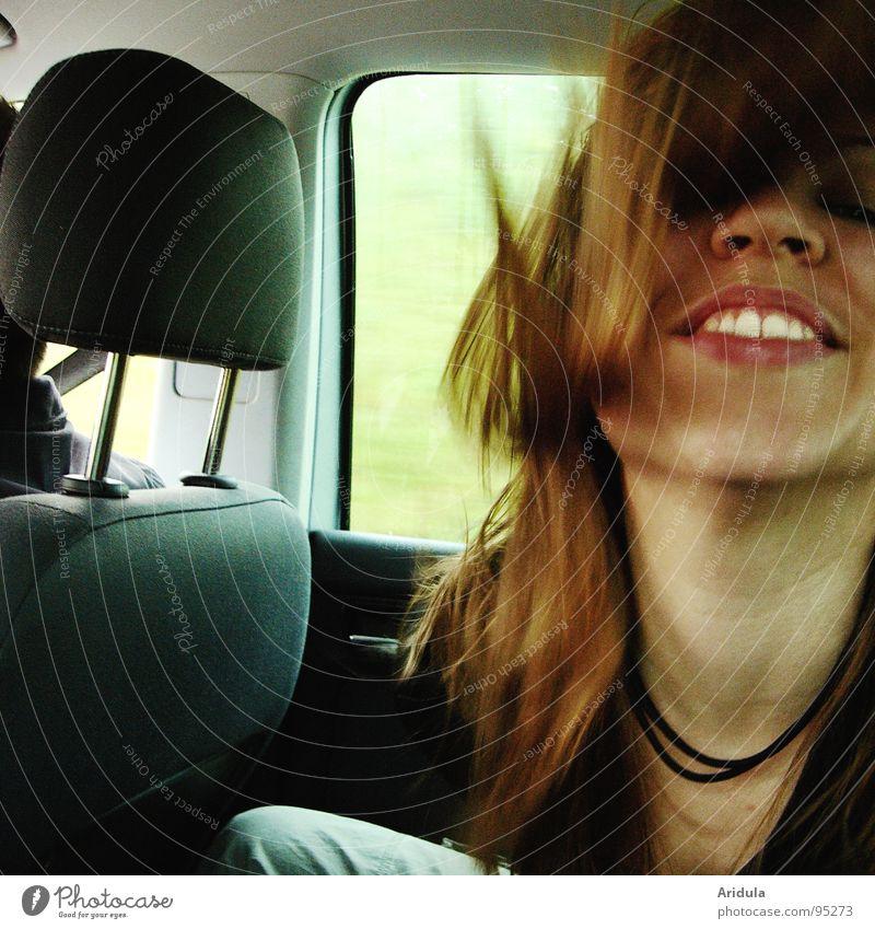 zahnweiss fahren Frau Fenster grün dunkel Rücksitz unterwegs Freude PKW sitzen Haare & Frisuren Gesicht lustig lachen Straße Hals Nase Bewegung Zähne