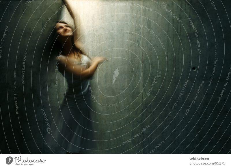tanz mit dem licht Valencia Freude Licht Bewegungsunschärfe Beton Frau Kleid weiß braun drehen Muvim Glück Musik Tanzen licht von oben Strukturen & Formen Arme