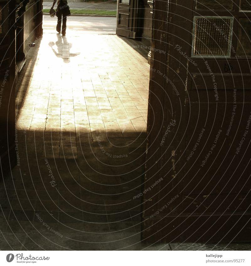 raus ins wochenende Frau Mensch Sonne Leben Glück Architektur Tür laufen gold neu Zukunft Tor Umzug (Wohnungswechsel) Vergangenheit Eingang