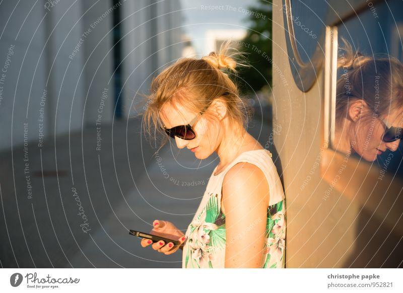 Blonde Frau mit Handy steht an Wand Freizeit & Hobby Ausflug Städtereise PDA Mensch feminin Junge Frau Jugendliche 1 18-30 Jahre Erwachsene 30-45 Jahre Berlin