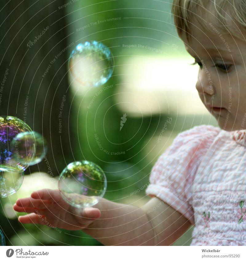 zarte Berührung Kind Hand Mädchen Freude Auge Spielen Freiheit oben träumen Haut fliegen frei Finger lernen Luftverkehr neu