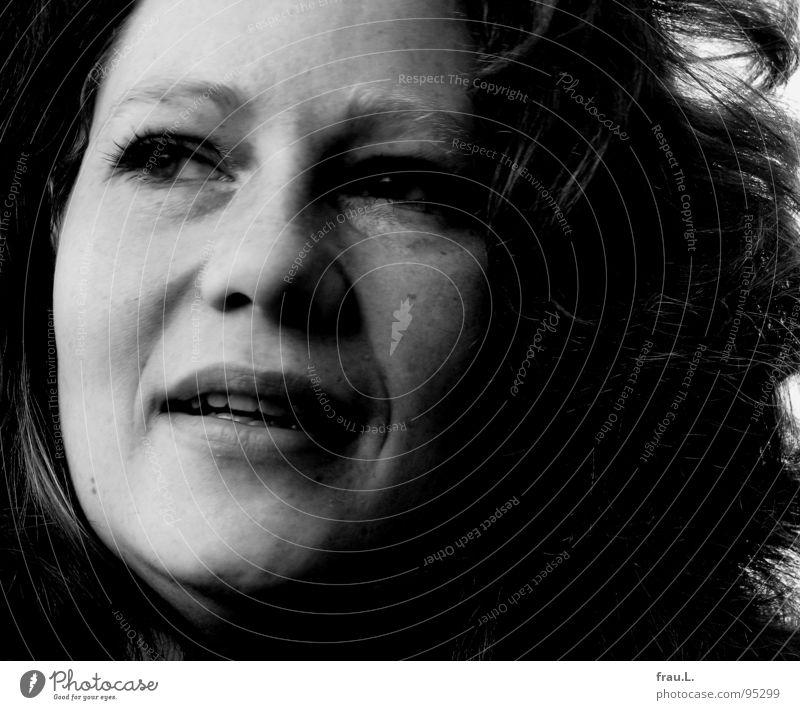 Seitenblick Frau Mensch feminin lachen Wind weich bleich Sommersprossen rothaarig skeptisch Porträt