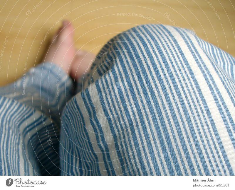 Frühstück (Socken vergessen!!!) Frau Holz Fuß schlafen sitzen Bodenbelag Streifen Zehen Haushalt Schlafzimmer Baumwolle Laminat Schlafanzug
