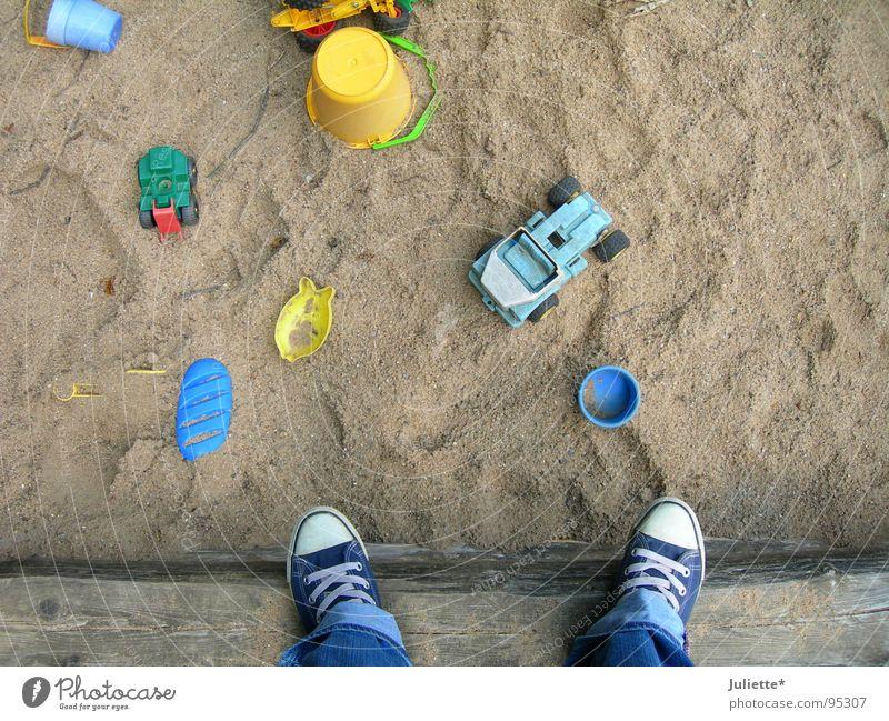 Playground Chucks Kind Spielen oben Sand stehen Flasche Chucks Spielplatz Sandkasten Turnschuh Sandspielzeug
