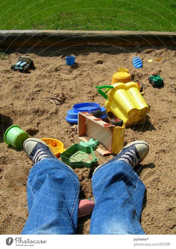 Sandkastenchaos Kind grün blau Sommer Freude Farbe Wiese Spielen Gras Sand Jeanshose Sandkasten