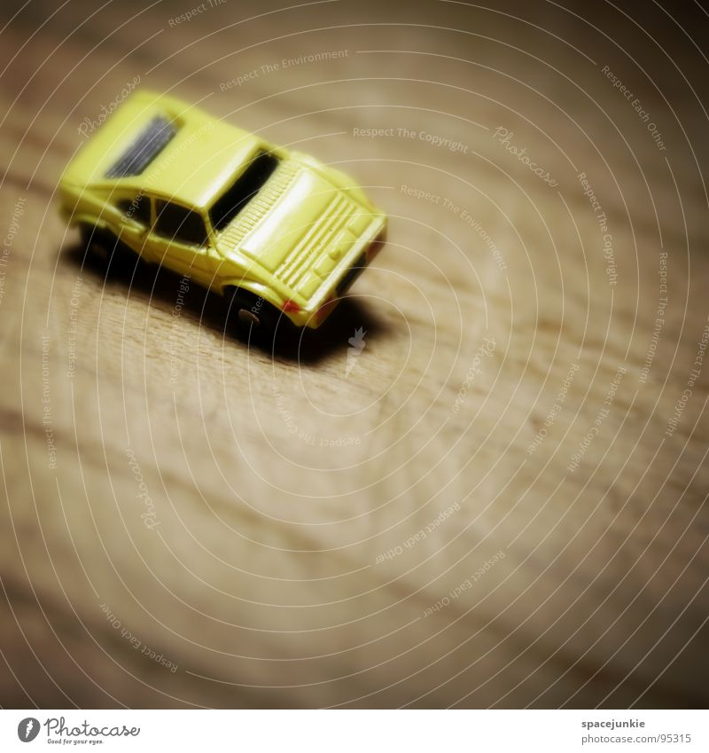 fast forward Geschwindigkeit fahren Modellauto vorwärts Spielzeug Holz Rennwagen Miniatur Freude PKW Muster race Strukturen & Formen Linie