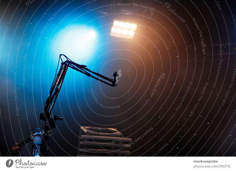 in kürze spielt muse... Konzert live Show Musik Spielen Licht Veranstaltung Mikrofon Beginn singen Sänger Schnur