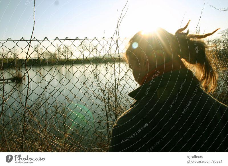 Privatgelände! Zaun kalt See nass Gegenlicht Unterdrückung gefangen Trauer Außenaufnahme Verzweiflung Jugendliche Metall Maschendrath Wasse Natur Freiheit