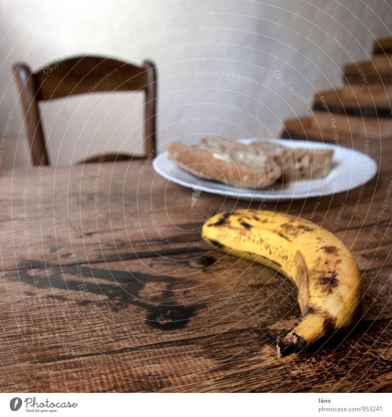 die Banane ist krumm Brot Teller Stil Ferien & Urlaub & Reisen Häusliches Leben Stuhl Tisch Raum Haus Mauer Wand Treppe Holz einfach ruhig Appetit & Hunger