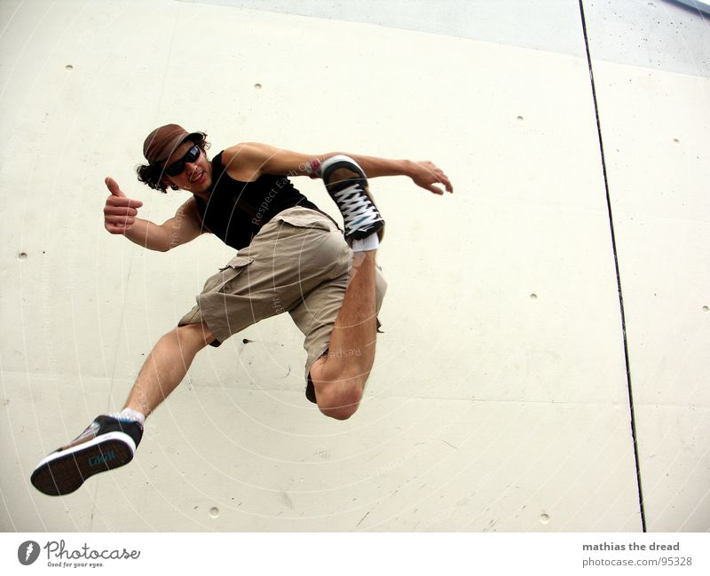 Footbag II Mann Jugendliche Wand Spielen Bewegung springen Stil Gesundheit Hintergrundbild hoch maskulin Luftverkehr Aktion Ball Konzentration fangen