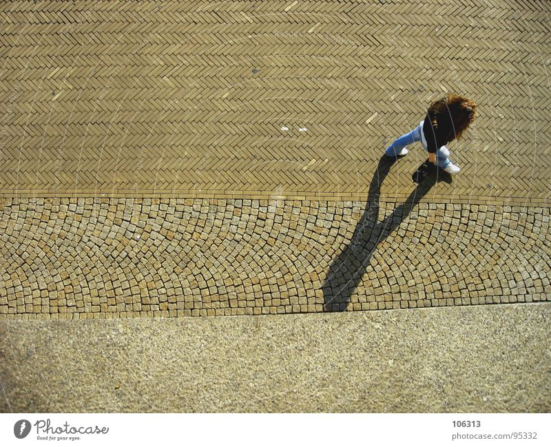 LOST IN FISCHGRAETEN Frau Jugendliche blau schwarz Straße dunkel feminin Bewegung Haare & Frisuren Stein Wege & Pfade Fuß Beine Schuhe hell gehen