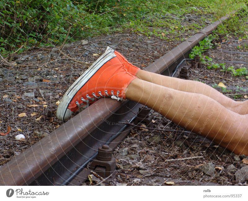 red boots 015 rot Freude Spielen Schuhe Beine Haut Eisenbahn gefährlich bedrohlich Gleise Stiefel Turnschuh Basketball