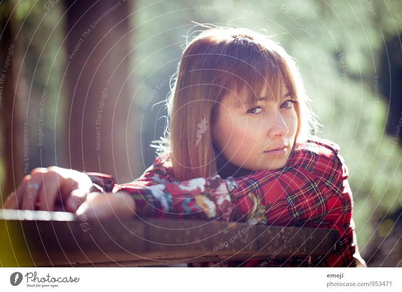 scheinen feminin Junge Frau Jugendliche 1 Mensch 18-30 Jahre Erwachsene brünett schön natürlich Neugier Farbfoto Außenaufnahme Tag Porträt Blick in die Kamera
