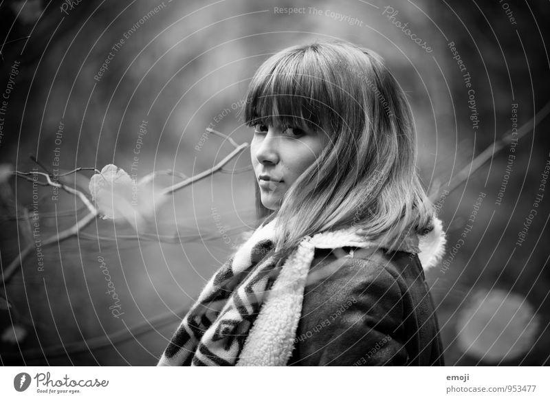 sie. feminin Junge Frau Jugendliche 1 Mensch 18-30 Jahre Erwachsene Herbst schön Schwarzweißfoto Außenaufnahme Tag Schwache Tiefenschärfe Porträt