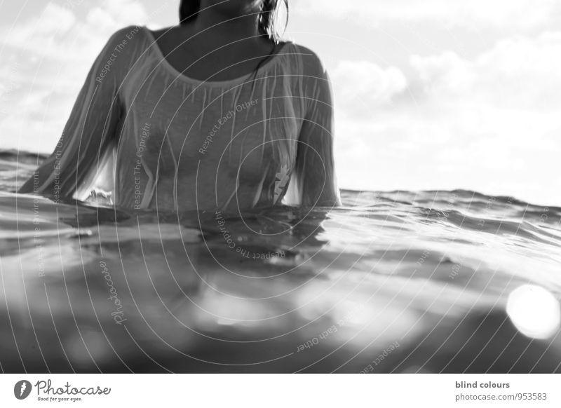 trempé jusqu'aux os Frau nackt Sommer Weiblicher Akt Junge Frau Meer Erotik Liebe Schwimmen & Baden Kunst Mode Wellen Zufriedenheit Perspektive ästhetisch nass