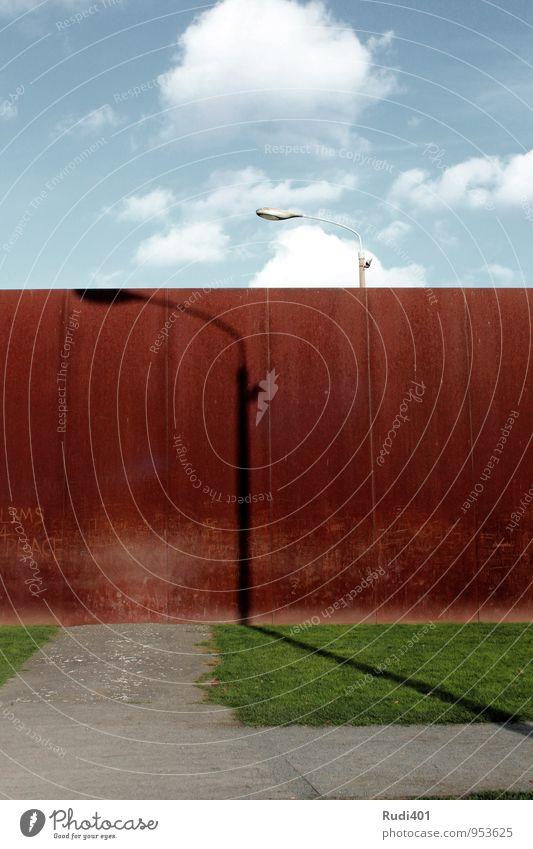 Mahnmal Berliner Mauer Einsamkeit rot Ferne Wand Traurigkeit Architektur Wege & Pfade braun Metall Zufriedenheit ästhetisch Beton Vergangenheit Denkmal