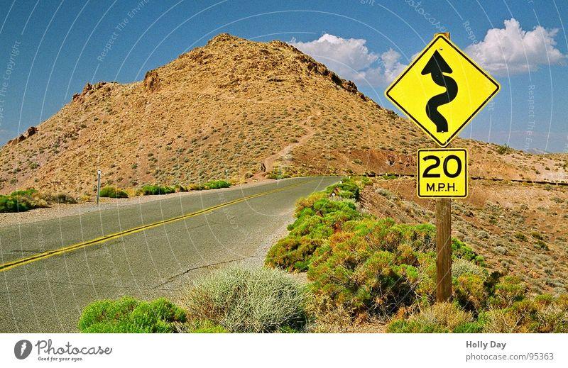 Tödliche Kurven Himmel Sommer Wolken Straße Berge u. Gebirge Wärme USA Sträucher Wüste Physik Hügel Zeichen Verkehrswege Kalifornien Straßennamenschild