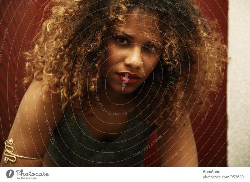 Shari! Junge Frau Jugendliche Haare & Frisuren Gesicht 18-30 Jahre Erwachsene Schmuck schwarzhaarig blond langhaarig Locken Afro-Look beobachten Kommunizieren