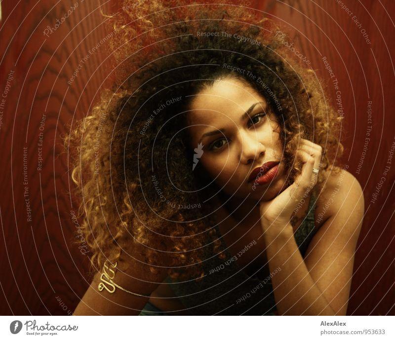 skeptisch Junge Frau Jugendliche Haare & Frisuren Gesicht 18-30 Jahre Erwachsene Schmuck schwarzhaarig blond langhaarig Locken Afro-Look beobachten
