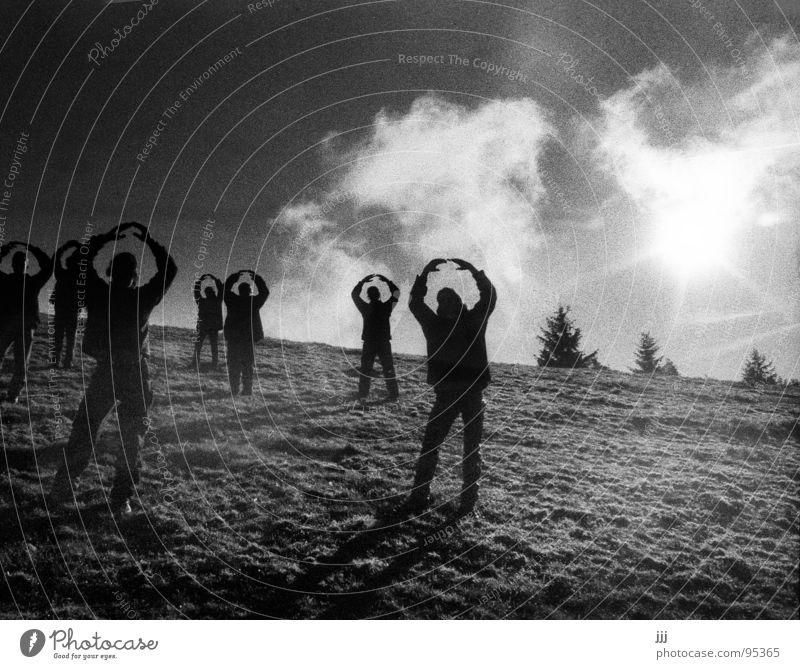 First Contact Mensch Baum Wiese Menschengruppe Kreis Frieden Hügel Baumkrone begegnen friedlich Gesprächspartner auftauchen Pantomime imitieren