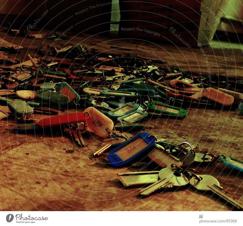 vergessene Wichtigtuer Haufen Schlüssel Dachboden vergangen umgefallen mehrere Macht bärtige Menge viele