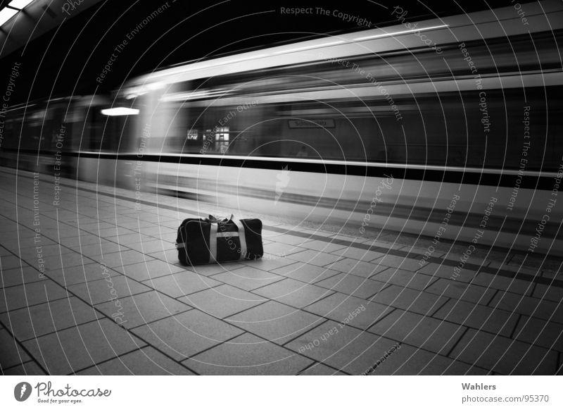 Kofferbombe weiß schwarz dunkel Bewegung Linie leer Eisenbahn gefährlich bedrohlich geheimnisvoll U-Bahn Tasche Koffer Waffe Stuttgart Kriminalität