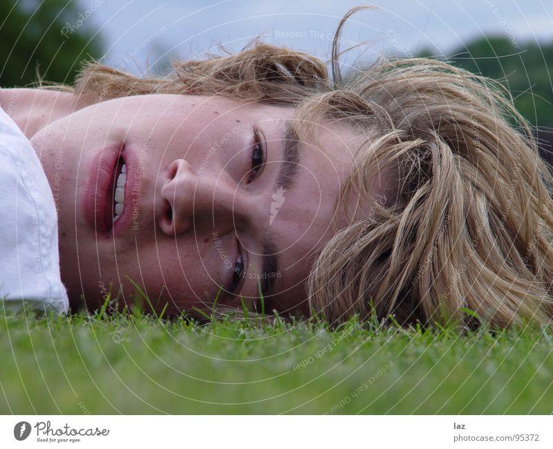 Lying Dutchman Mann blond Porträt Sehnsucht Zukunft Gedanke Philosophie Denken Lippen Wimpern Augenbraue weiß Schatten Querformat Erholung Pause Gras