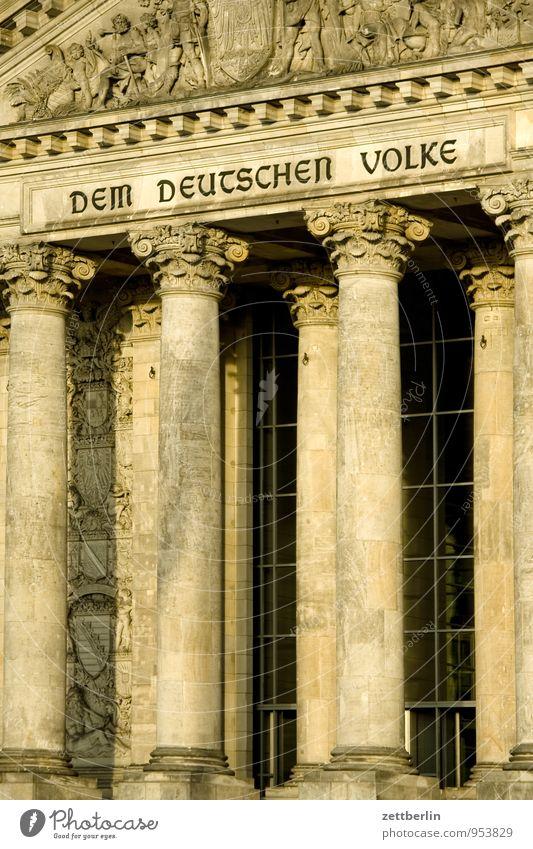 DEM DEUTSCHEN VOLKE Berlin Hauptstadt Regierungssitz Regierungspalast Deutscher Bundestag wallroth Säule Eingang Portal Tor Aufschrift motto Dem deutschen Volke