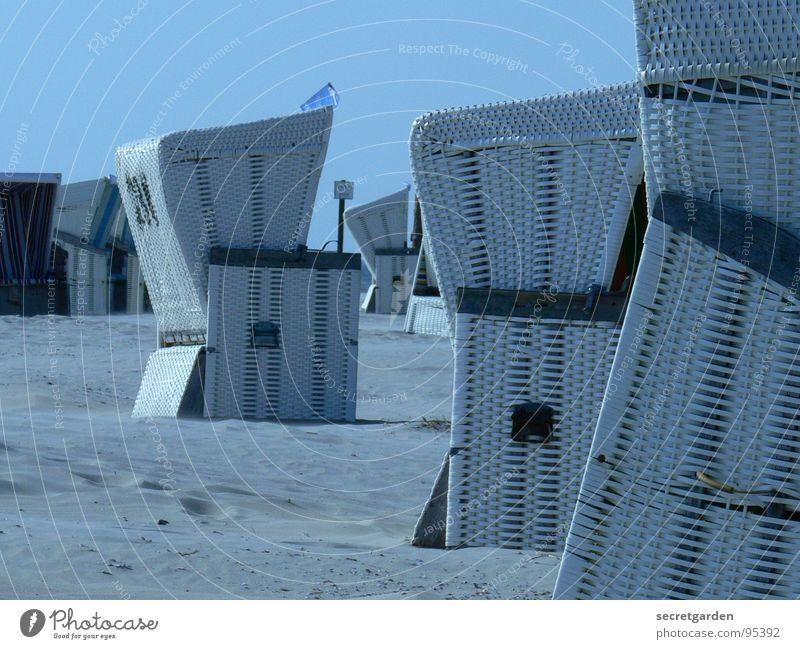 strandverstecke azurblau Strandkorb weiß Nahaufnahme Schatten Wind Menschenleer ruhig Erholung Nordseestrand Einsamkeit Sandverwehung Außenaufnahme