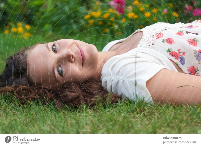 Wunderschön. Sommer feminin Frau Erwachsene Gesicht 1 Mensch 18-30 Jahre Jugendliche Gras Kleid brünett langhaarig Lächeln Blick Fröhlichkeit Glück natürlich