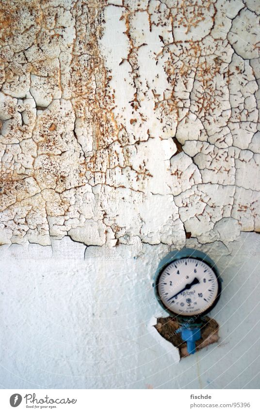 Druck(abfall) alt weiß Einsamkeit Wand kaputt Bar Uhr verfallen Zerstörung Anzeige Uhrenzeiger Barometer