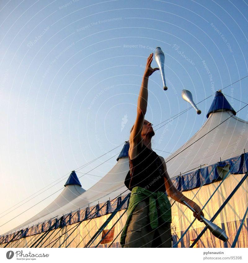 Keulenjongleur Jongleur jonglieren Zirkus Zelt Kunst Sport Spielen blau Himmel